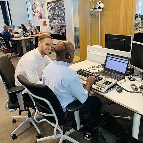 Willemijn achter laptop